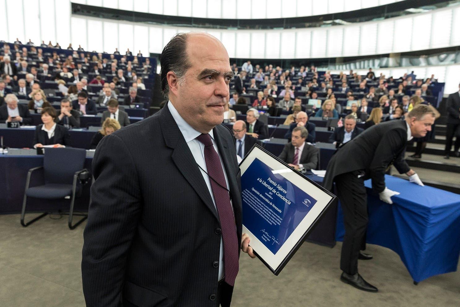 ARCHIVO - En esta fotografía de archivo del 13 de diciembre de 2017, Julio Borges, presidente de la Asamblea Nacional de Venezuela, sale tras recibir el premio Sajarov a la Libertad de Conciencia, un galardón otorgado a la oposición venezolana, en Estrasburgo, en el este de Francia. (AP Foto/Jean-Francois Badias, archivo)