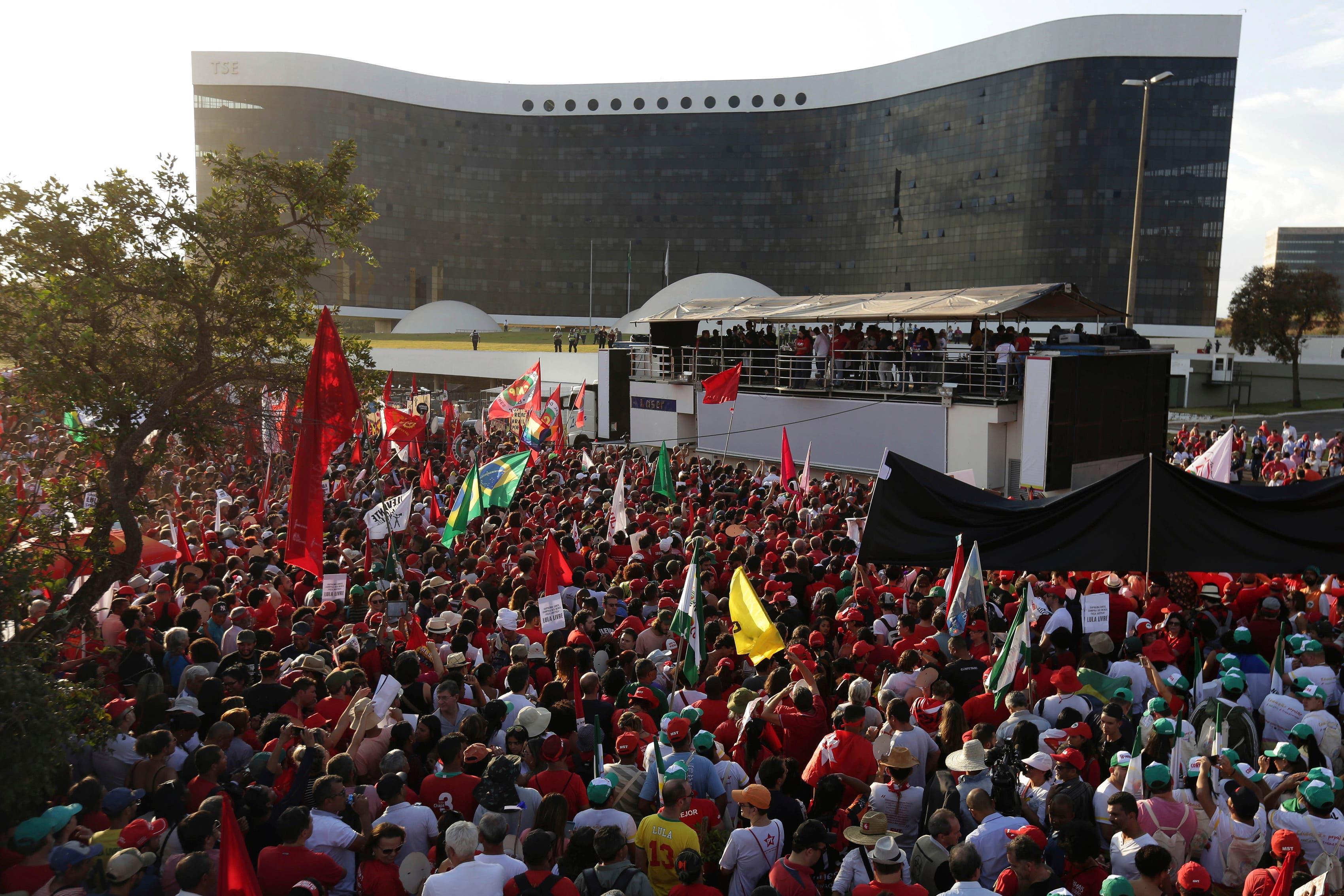 Miles se reúnen para apoyar a Lula da Silva previo a su registro