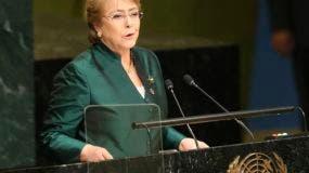 ARCHIVO - Esta fotografía de archivo del 21 de septiembre de 2016 muestra a la entonces presidenta chilena Michelle Bachelet mientras habla ante la Asamblea General de las Naciones Unidas. El jefe saliente de derechos humanos de la ONU, Zeid Ra'ad Al-Hussein, festejó la designación de Bachelet como su sucesora. (AP Foto/Seth Wenig, archivo)