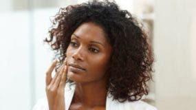 La Organización Mundial de la Salud asegura que la mayoría de mujeres de piel oscura que usa productos blanqueadores lo hace sin receta médica.