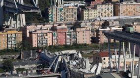 Esta fotografía muestra el puente Morandi luego de que una sección colapsó en la ciudad de Génova, en el norte de Italia, el martes 14 de agosto de 2018. (AP Foto/Antonio Calanni)