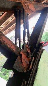 El óxido ha causado graves daños a las vigas de metal del polideportivo.