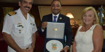Capitán de navío Carlos Gabriel Funes,  Ramón Ramírez y María Cristina Castro, Embajadora de Argentina.