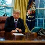 El presidente Donald Trump escucha durante una llamada con el presidente mexicano Enrique Peña Nieto sobre un acuerdo preliminar para reemplazar el TLCAN, en la Oficina Oval de la Casa Blanca, el lunes 27 de agosto de 2018. (AP Foto/Evan Vucci)