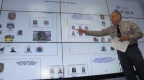 El coronel Frank Félix Durán Mejía, vocero de la Policía, muestra los detalles del organigrama de la banda criminal. Foto: Elieser Tapia/El Día.