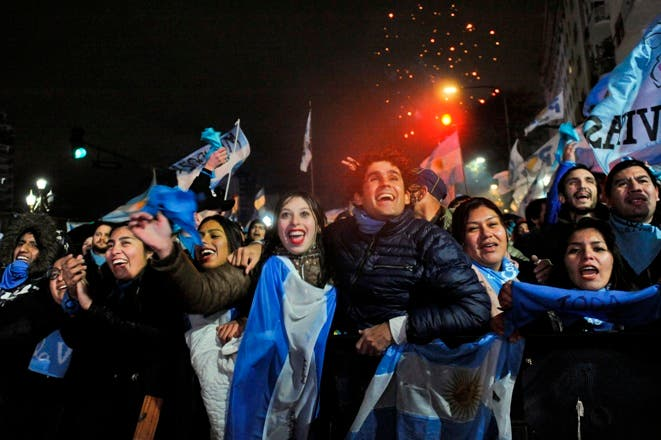 Manifestantes provida celebran la decisión del Senado de rechazar una propuesta de ley para legalizar el aborto antes de las 14 semanas, en el exterior del Congreso, en Buenos Aires, Argentina.AP