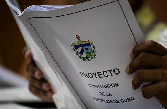 Los cubanos comienzan a debatir su Constitución entre homenajes a Fidel