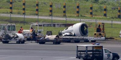 Vista del avión que sufrió un percance en el Aeropuerto Internacional Ninoy Aquino en Pasay, al sudeste de  Manila, el 17 de agosto del 2018. (AP Photo/Bullit Marquez)