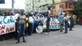 Los obreros de la caña se movilizaron pacíficamente frente al Ministerio de Interior y Policía.