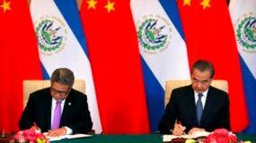 El canciller de El Salvador, Carlos Castaneda, izquierda, y el Ministro de Relaciones Exteriores de China, Wang Yi Diaoyutai. AP