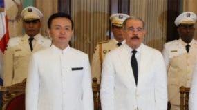 El presidente Danilo Medina, junto a Zhang Run, embajador de la República Popular de China.