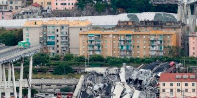 Una vista del puente de la carretera de Morandi después de que una sección se derrumbó, en Génova, norte de Italia,AP