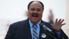 Luther King III se dirigió hasta la malla para hablar con inmigrantes que se encontraban del lado mexicano.