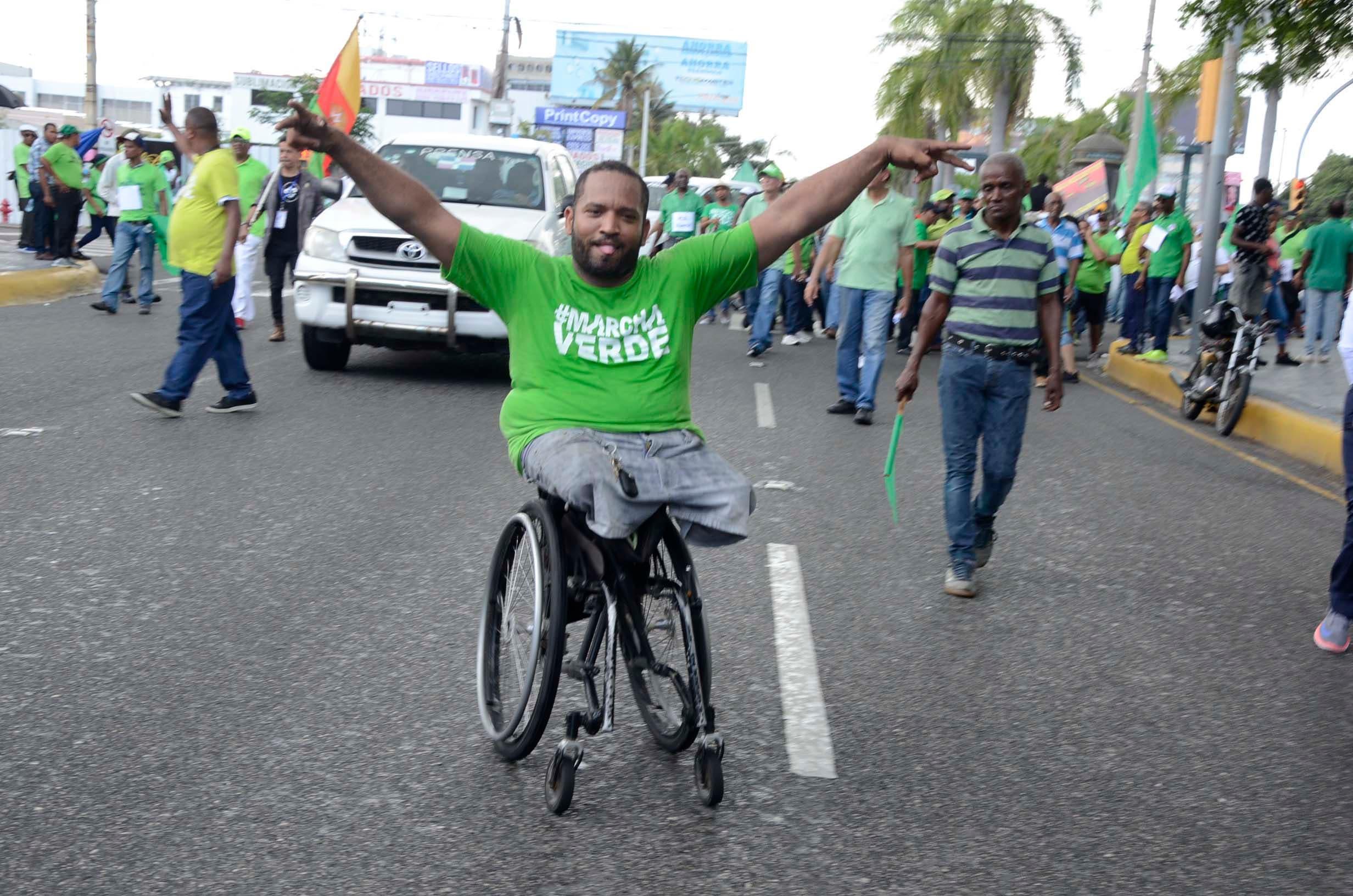 6. Su condición física no fue impedimento para que Wilkin Santa , recorriera junto a la multitud el trayecto de la #MarchaDelMillón