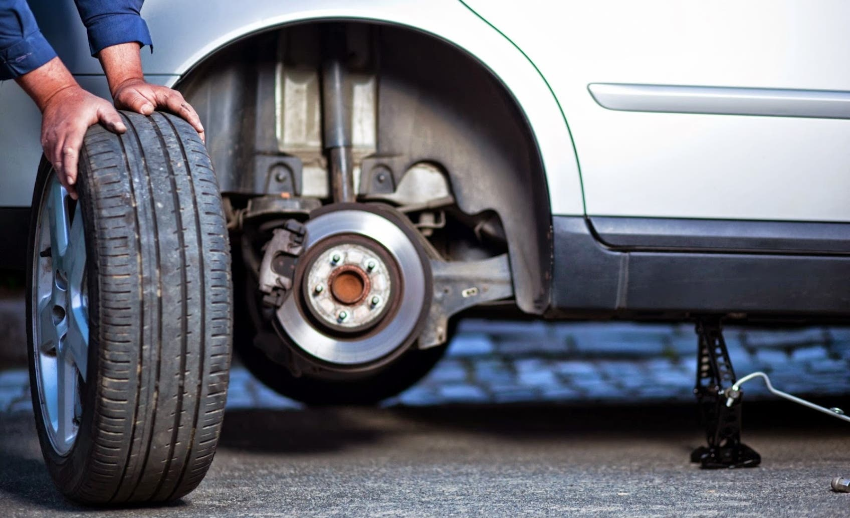 El balanceo es la forma de equilibrar el peso de la llanta y se recomienda cada 6 meses o 5 mil  kilómetros en un auto de uso normal.