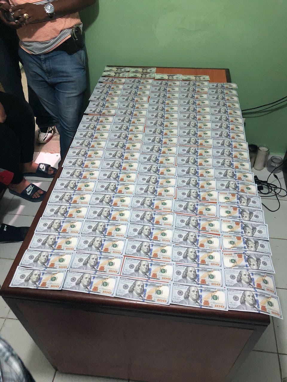 Dinero falso incautado por las autoridades.