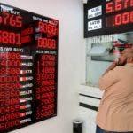 La lira ya cayó este jueves un 5 % frente al dólar y el euro, y en una semana acumula una devaluación de alrededor del 20 %, hasta tocar su mínimo histórico frente a las divisas de referencia.   (AP Photo/Mucahid Yapici)