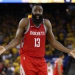 James Harden # 13 de los Houston Rockets reacciona a una jugada contra los Golden State Warriors durante el Juego Seis de las Finales de la Conferencia Oeste en los Playoffs de la NBA 2018 en el ORACLE Arena el 26 de mayo de 2018 en Oakland.