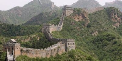 La Gran Muralla china se construyó para enlazar las fortificaciones existentes en un sistema de defensa unido e impedir las invasiones de las tribus mongolas fuera de China.