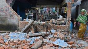La mayoría de las víctimas mortales, 78, ocurrieron en el norte de Lombok, la zona más próxima al epicentro, donde unas 42.000 casas y edificios se derrumbaron y los servicios de emergencia se esmeran en encontrar supervivientes o recuperar cadáveres.