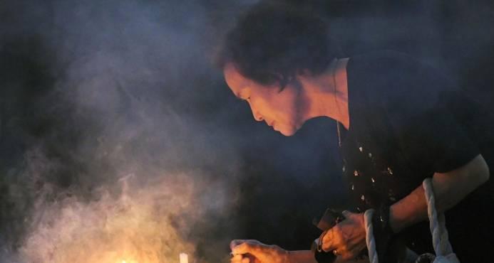 Una mujer quema incienso en el cenotafio dedicado a las victimas de la bomba atómica en el Parque Memorial de la Paz de Hiroshima, AP