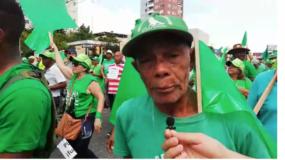 Joaquín Valerio, de 78 años se sumó a la marcha del millón a pesar de su condición física.