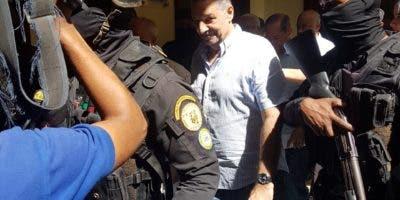 Leoncio Almánzar mientras era traslado al Palacio de Justicia de Ciudad Nueva.