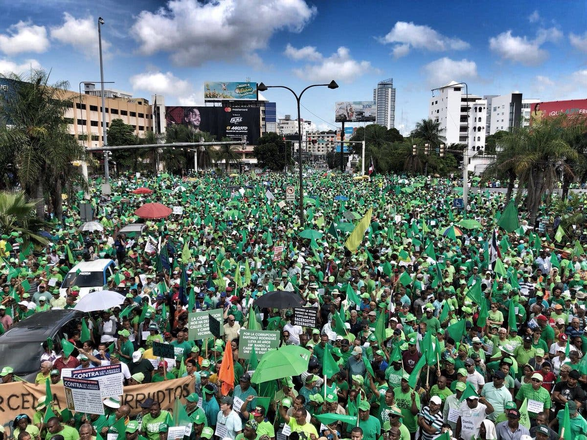 26. La marcha salió desde las avenidas 27 de Febrero con Tiradentes y finalizará en el Centro de Los Héroes .