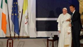 El papa Francisco camina junto al primer ministro irlandés, Leo Varadkar, durante su reunión el sábado 25 de agosto de 2018 en Dublín. (AP Foto/Gregorio Borgia)