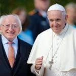 El presidente de Irlanda, Michael D. Higgins (izquierda) y el papa Francisco luego de la llegada del pontífice a la residencia presidencial en Dublín, Irlanda, el sábado 25 de agosto de 2018. El papa Francisco comenzó el sábado una visita de dos días a Irlanda. (AP Foto/Peter Morrison)