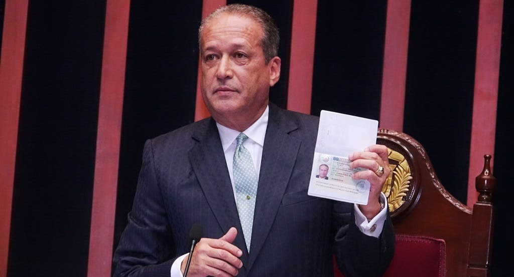 Reinaldo Pared Pérez muestra su pasaporte visado.