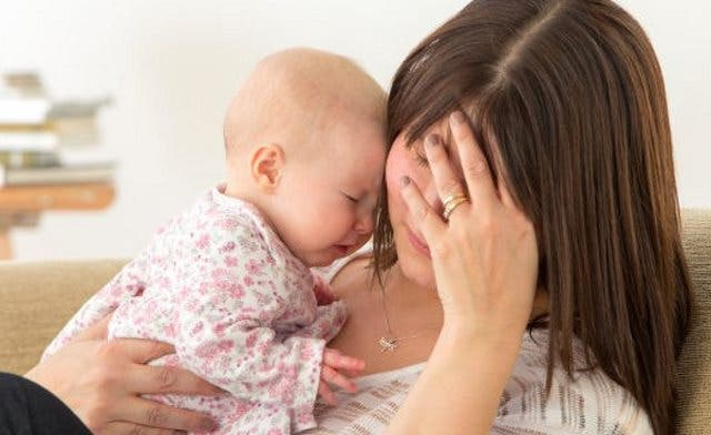 Es una depresión de moderada a intensa en una mujer después de que ha dado a luz y se puede presentar poco después del parto o hasta un año más tarde.