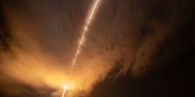 Esta fotografía de larga exposición proporcionada por la NASA muestra el cohete United Launch Alliance Delta IV Heavy cuando lanza la Sonda Solar Parker de la NASA para tocar el Sol. AP