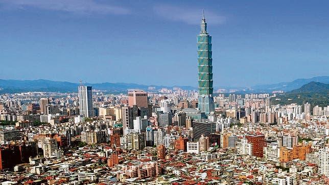 De pie en 509 metros (1,671 pies) con 101 pisos, el edificio más alto del mundo, Taipei 101 presenta un nuevo modelo para el rascacielos asiático visto aquí el 19 de abril de 2004, en Taipei, Taiwán. Diseñado como un eje segmentado de ocho segmentos en pendiente hacia afuera, la torre se asemeja a una pagoda de vidrio gigante. El revestimiento de vidrio tintado verde pretende imitar el color del jade. Taipei 101 se terminó a principios de 2004 y fue diseñado por los arquitectos C.Y. Lee y amp; Fogonadura. (AP Photo / Wally Santana) WALLY SANTANA