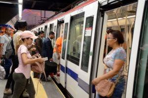 Usuarios ingresan y salén de vagón de línea 2B del Metro de Santo Domingo. José de León