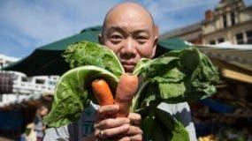 """El doctor Giles Yeo, copresentador de la serie de TV de la BBC """"Confía en mí, soy médico"""", siguió una dieta vegana durante un mes para ver el efecto en su cuerpo."""