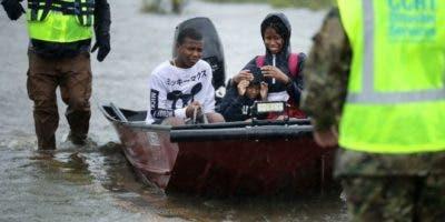 Habitantes tuvieron que ser rescatados de su casa inundada en James City, Virginia.