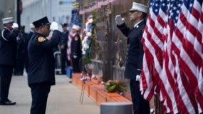La ciudad, envuelta en una densa niebla, mantenía hoy las banderas a media asta y muchas iglesias hacían repicar sus campanas durante los momentos de silencio fijados en recuerdo de los ataques.