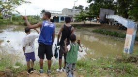 La cancha y el patio de la escuela no escapan de las inundaciones y los mosquitos. José de León