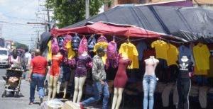 En las cercanías  de la  José Martí con avenida Duarte las importadoras  son dueñas de las aceras.