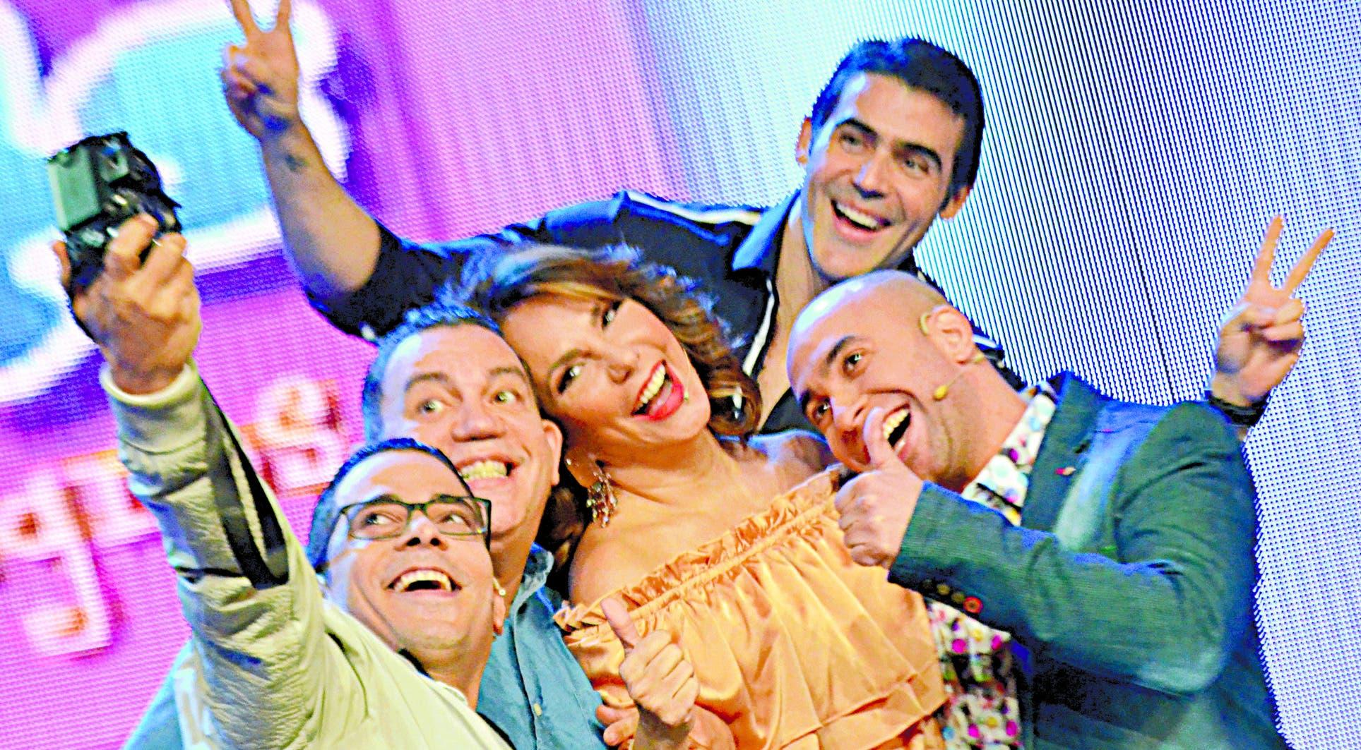 Milagros Germán junto a parte del equipo de Chévere Night, que se transmite de lunes a viernes por Telesistema.