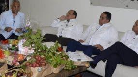 El ministro de Agricultura  Osmar Benítez,Emilio Toribio y Casimiro Ramos presentan muestra  de cosecha de  inversión en el sector agropecuario .    José de León