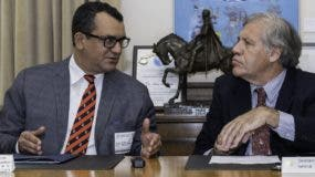 Román Jáquez y Luis Almagro conversan en la sede de la OEA luego de firma.  fuente externa