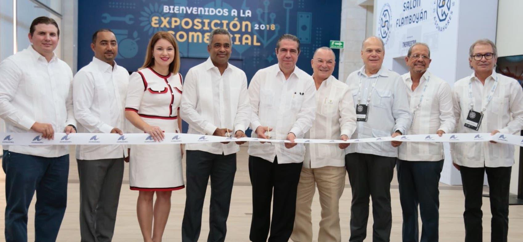 El ministro   Francisco Javier García  corta cinta para apertura  de la  XXXII Feria de Asonahores junto a representantes del sector.
