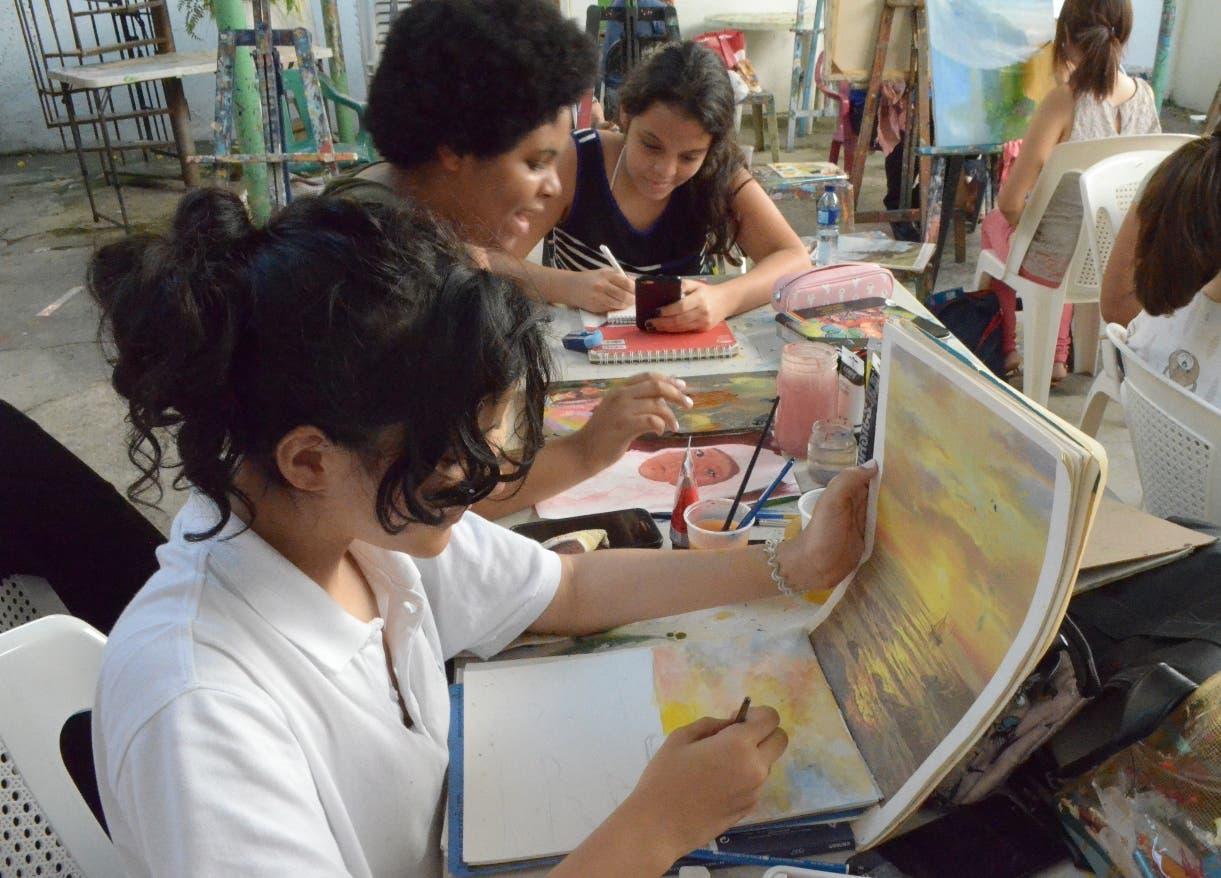 Jóvenes en su primer día de  clases pintando bajo la supervisión del maestro.   Ana  Mármol
