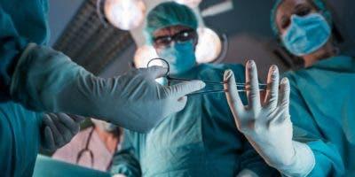 El tratamiento quirúrgico, conocido como  circuncisión o extirpación del prepucio,  se practica en adultos y niños.