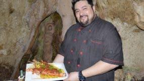 El chef mexicano   Víctor Oropeza, muestra una langosta a la criolla, uno de los platos más solicitados.  JOSÉ DE LEÓN.