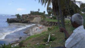 Brigadas de Obras Públicas trabajan en el retiro de desechos en el Malecón. Elieser Tapia