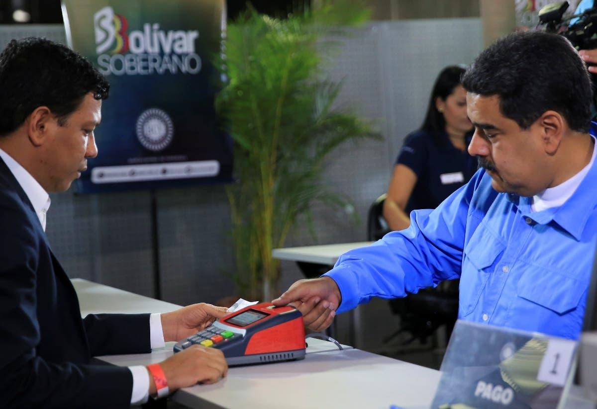 El presidente Nicolás Maduro hace una  compra oro con una garantía oficial   certificada.