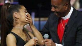 La cantante Ariana Grande y el pastor Charles  H.
